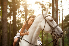 Mulher nova em um cavalo Cavaleiro de Horseback, cavalo de equitação da mulher Fotos de Stock