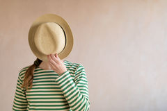 Mulher nova em um chapéu de palha imagem de stock royalty free