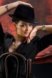 Mulher nova em um chapéu negro imagem de stock