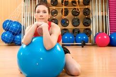 Mulher nova em um clube de saúde Fotografia de Stock Royalty Free