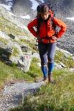 Mulher nova em um hike fotografia de stock royalty free