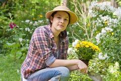 Mulher nova em um jardim Foto de Stock Royalty Free
