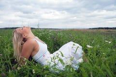 Mulher nova em um prado Fotos de Stock Royalty Free