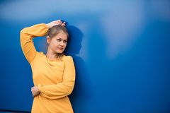 Mulher nova em um vestido amarelo Imagens de Stock