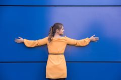 Mulher nova em um vestido amarelo Imagens de Stock Royalty Free