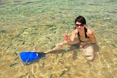 Mulher nova em uma água com peixes fotos de stock royalty free