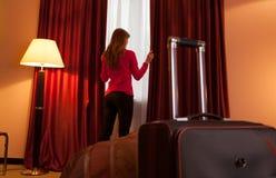 Mulher nova em uma abertura do hotel imagem de stock