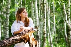 Mulher nova em uma floresta fotografia de stock royalty free
