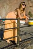 Mulher nova em uma porta Imagens de Stock
