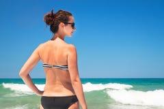 Mulher nova em uma praia Foto de Stock Royalty Free