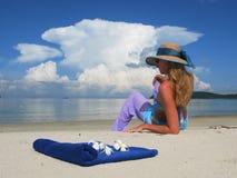 Mulher nova em uma praia Foto de Stock