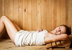 Mulher nova em uma sauna foto de stock