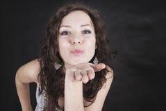 A mulher nova emite um beijo do ar foto de stock royalty free