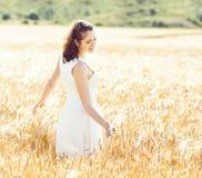 Mulher nova, emocional e feliz em um prado do centeio g bonito foto de stock royalty free