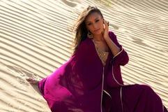 Mulher nova encantadora no deserto árabe Imagens de Stock