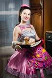 Mulher nova engraçada bonita do pinup retrato saboroso de sorriso do vestido e do avental e de cozimento feliz do bolo Foto de Stock Royalty Free