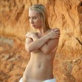 A mulher nova esconde seus peitos despidos Fotos de Stock