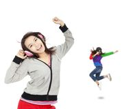 A mulher nova escuta música e dança Fotografia de Stock Royalty Free