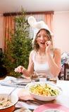 A mulher nova está cozinhando o alimento do feriado fotos de stock