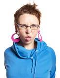 A mulher nova faz a face engraçada (isolada no branco) Imagem de Stock