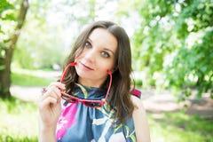 Mulher nova feliz ao ar livre Imagens de Stock
