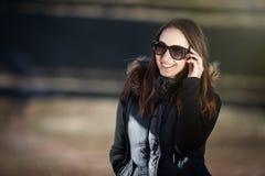 Mulher nova feliz com óculos de sol Fotografia de Stock Royalty Free