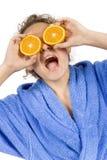 Mulher nova feliz com halfs da laranja Foto de Stock