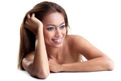 Mulher nova feliz com pele tanned fotografia de stock royalty free