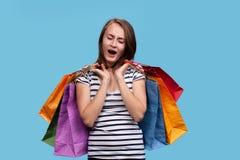 Mulher nova feliz com sacos de compra imagem de stock