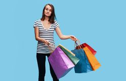 Mulher nova feliz com sacos de compra fotografia de stock royalty free