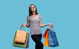 Mulher nova feliz com sacos de compra imagens de stock royalty free