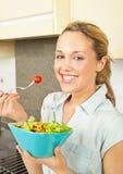 Mulher nova feliz com salada Imagens de Stock