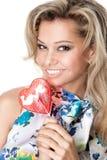 Mulher nova feliz com uns doces do coração fotografia de stock royalty free