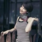 Mulher nova feliz da forma em camiseta de alças listrada com bolsa Fotografia de Stock Royalty Free