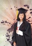 Mulher nova feliz do estudante que mantém um diploma contra o fundo chapinhado do branco, o vermelho e o roxo Imagem de Stock Royalty Free