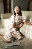 Mulher nova feliz em casa foto de stock