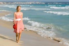 Mulher nova feliz em férias Fotografia de Stock Royalty Free