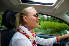 Mulher nova feliz em seu carro Foto de Stock Royalty Free