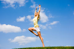 A mulher nova feliz está dançando em um campo Fotos de Stock