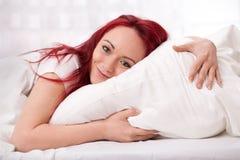 Mulher nova feliz na cama Imagens de Stock Royalty Free