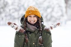 Mulher nova feliz no inverno foto de stock