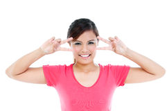 Mulher nova feliz que mostra o gesto da paz imagem de stock royalty free