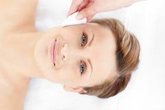 Mulher nova feliz que recebe um tratamento da beleza Foto de Stock Royalty Free