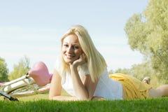 Mulher nova feliz que relaxa Fotografia de Stock