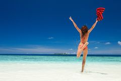 Mulher nova feliz que salta na praia Estilo de vida feliz foto de stock