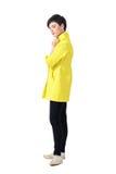 Mulher nova feminino delicada do cabelo curto no revestimento amarelo que olha para baixo fotos de stock royalty free