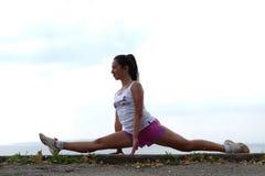 Mulher nova flexível Imagem de Stock Royalty Free
