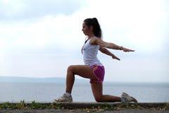 Mulher nova flexível Foto de Stock Royalty Free