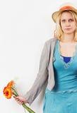Mulher nova frustrante com flores e chapéu do sol fotografia de stock
