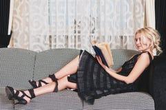 A mulher nova leu o livro Imagens de Stock Royalty Free